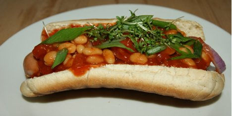 Chili dogs med baked beans.