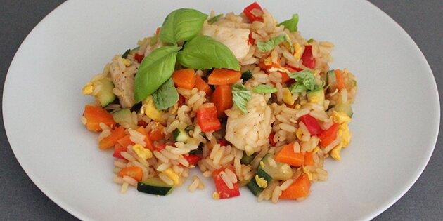 Stegte Ris Med æg Og Kylling