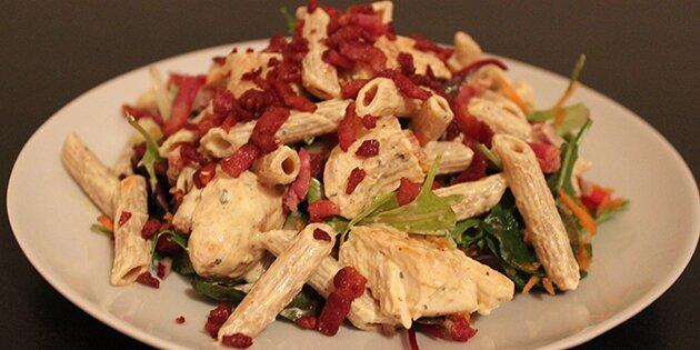 kyllingesalat med karry og bacon