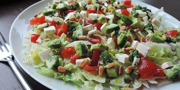 salat med pinjekerner