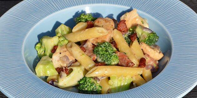 Pastaret Med Kylling Bacon Og Broccoli