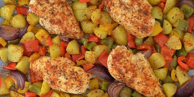 kylling i fad med kartofler og grøntsager