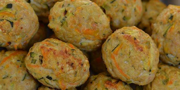 Frikadeller med havregryn og grøntsager i ovn