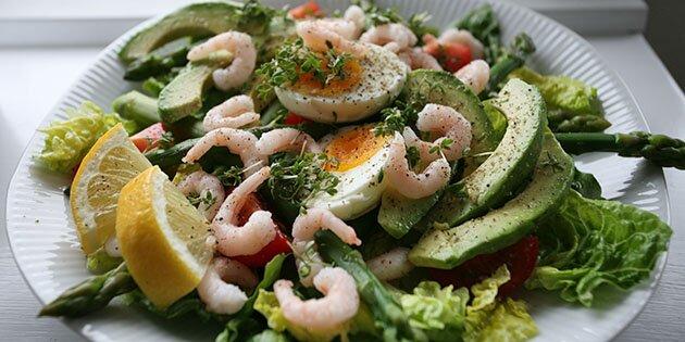 Lækker Salat Med æg Rejer Og Grønne Asparges
