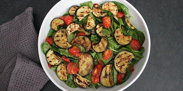 salat med squash og tomater