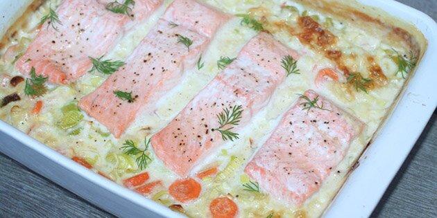 Laks i ovn med porrer og gulerødder