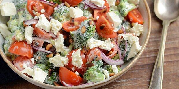 Broccolisalat Med Græsk Yoghurt Feta Og Cherrytomater